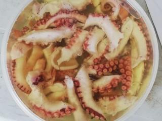 Deniz ürünleri hazır meze Ahtapot salatası