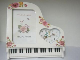 Dekoratif Piyano Görünümlü Çerçeve ve Masa Saati