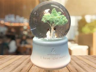 Ağacın Altında Duran Sevgili Temalı Işıklı Müzikli Cam Kar Küresi